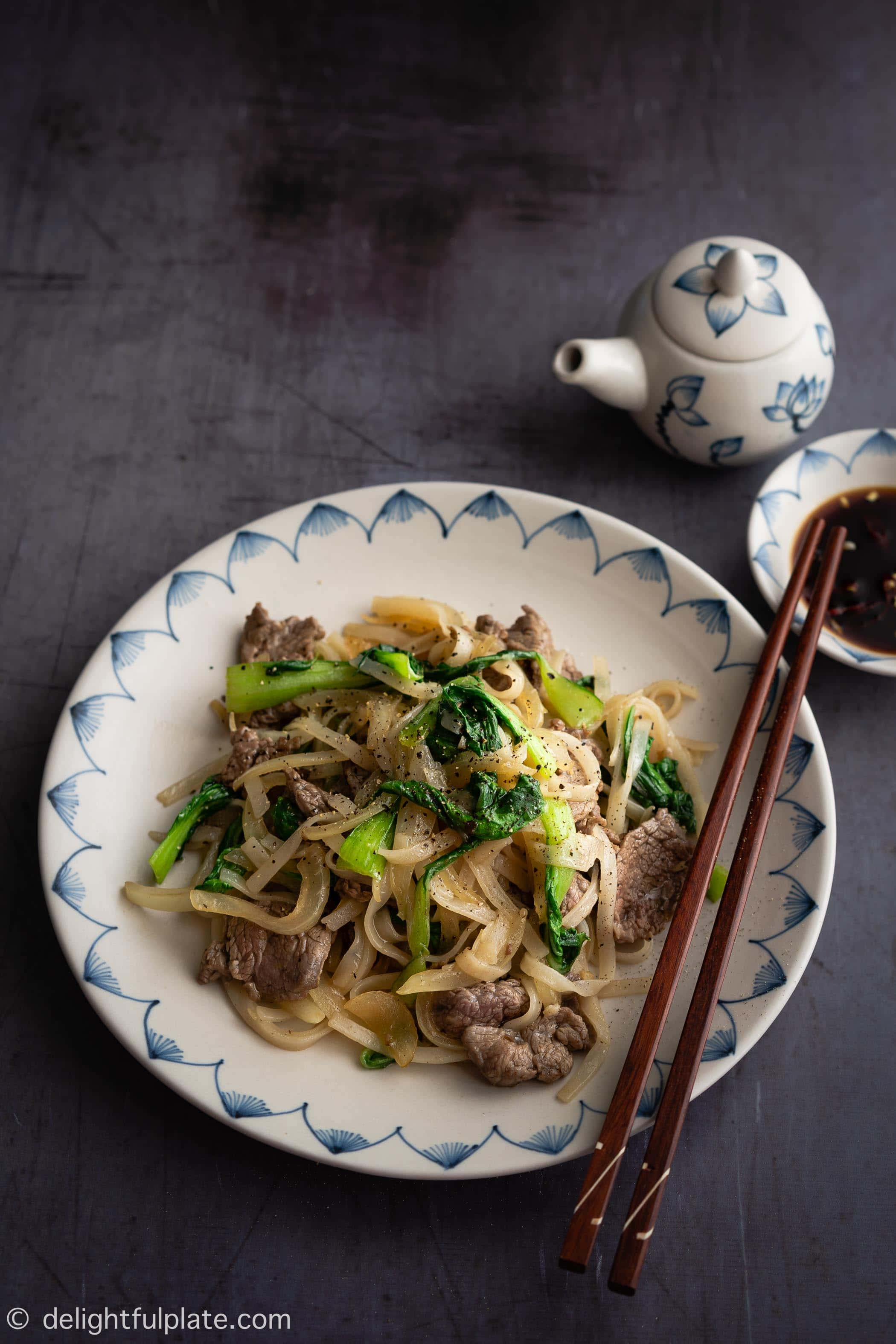 Vietnamese Stir Fry Rice Noodles with Beef (Pho Xao Thit Bo
