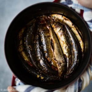 Sardines braised with tomatoes and green tea in a pot.