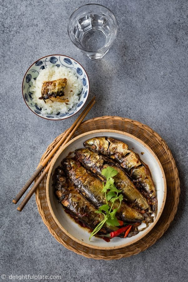 Braised sardines with tomatoes and green tea are flavorful and savory with a hint of sweetness and heat. An easy and healthy way to cook sardines.